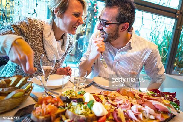 Couple ayant un dîner dans un restaurant de Noël