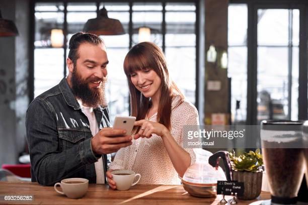 Couple savourant un café au Café