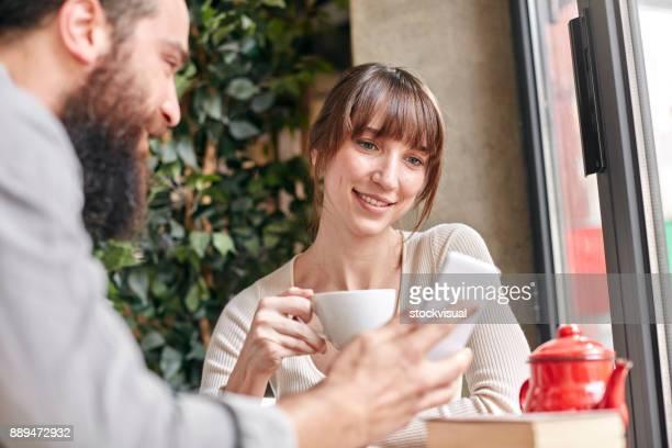 Paar mit Kaffee im Café