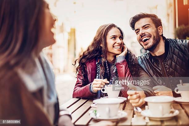 Coppia avendo caffè con un amico