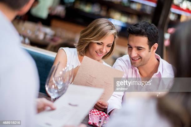 Couple ayant un dîner dans un restaurant