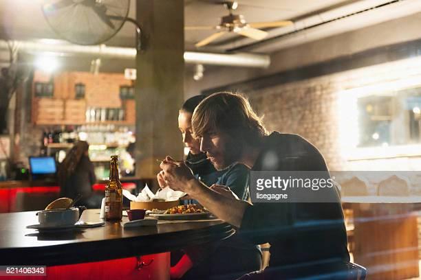 Coppia avendo una cena in un bistrot