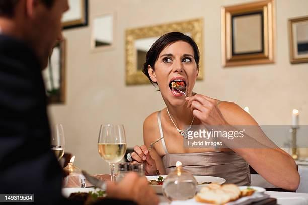 Casal tendo Jantar no restaurante