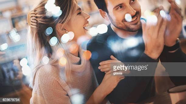 Couple s'amuser au café.