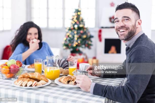 Paar plezier op kerst ontbijt