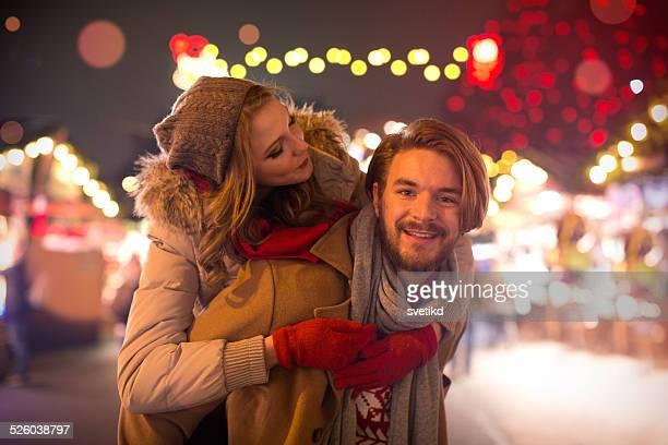 Paar Spaß im Freien im winter fair.
