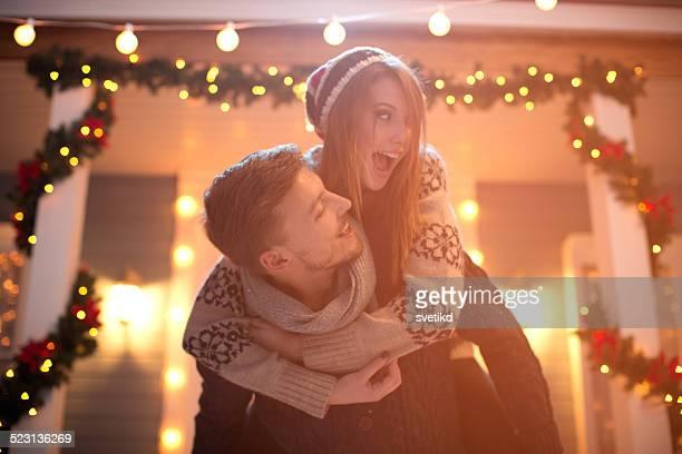 Couple s'amuser en plein air.