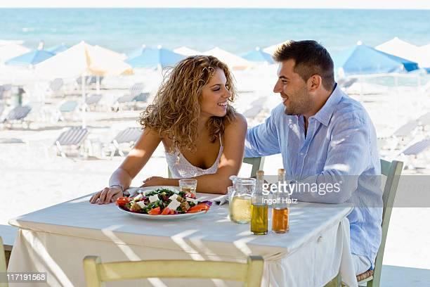 couple ayant le déjeuner près de la plage