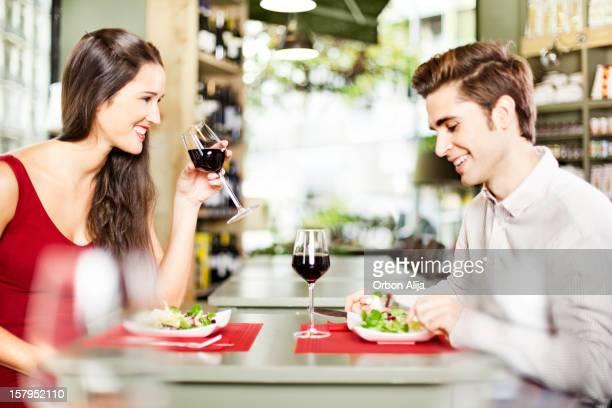 Paar mit Mittagessen