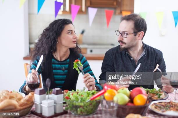 Couples ayant des problèmes à dîner