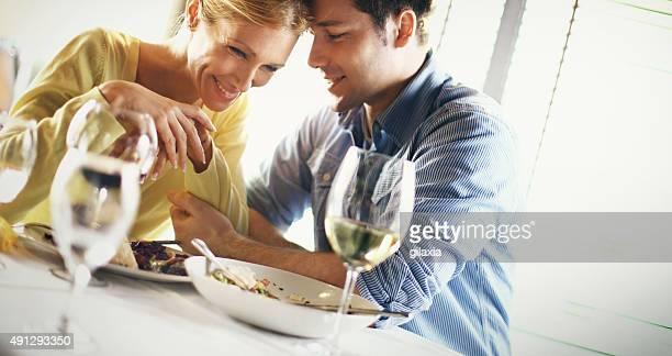 Coppia che gusta una cena romantica.