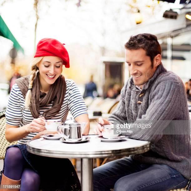 Paar mit Tee im Café