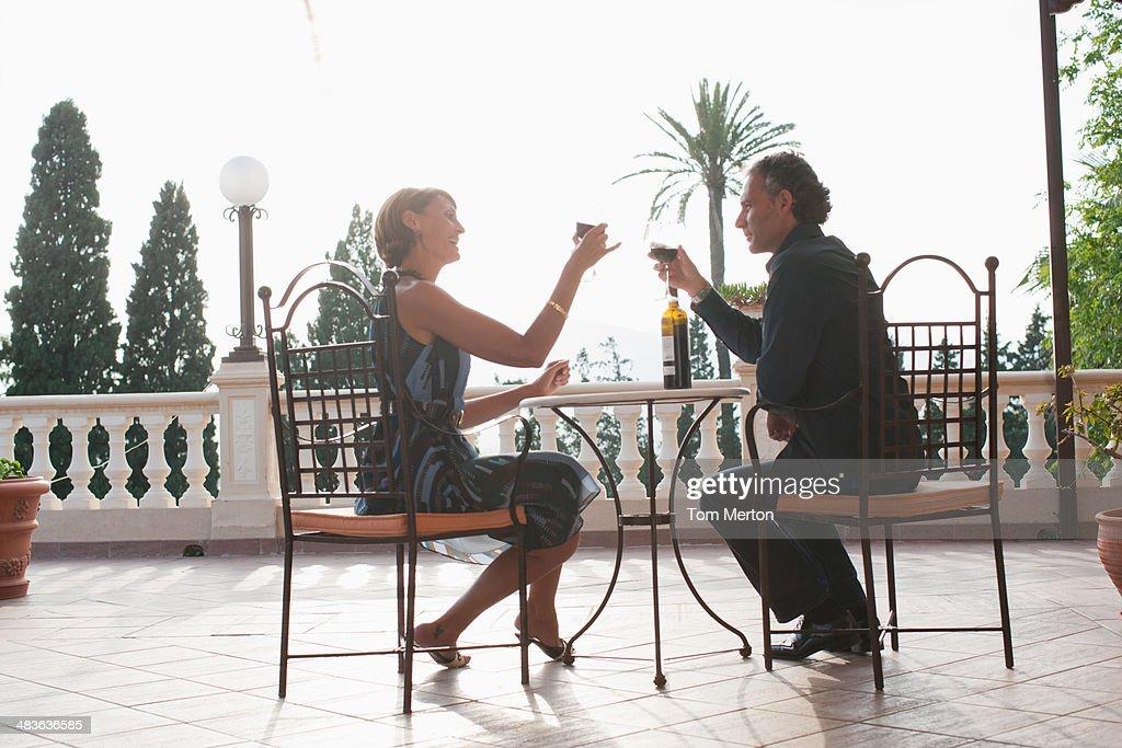 Couple ayant un verre de vin sur le balcon : Photo