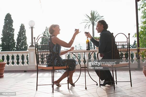 Couple ayant un verre de vin sur le balcon