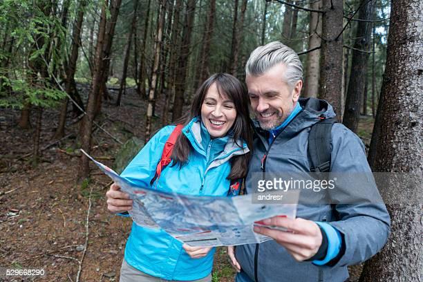 Paar Wandern und Blick auf einer Karte