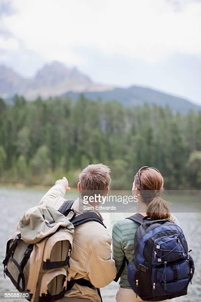 Couple de randonnée dans la région autonome de la carte