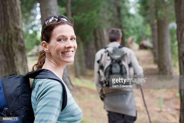 Paar Wandern im Wald
