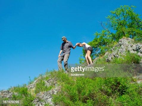 Casal em caminhada : Foto de stock
