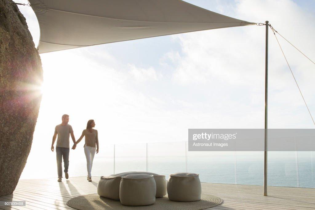 Couple holding hands on modern balcony : Foto de stock