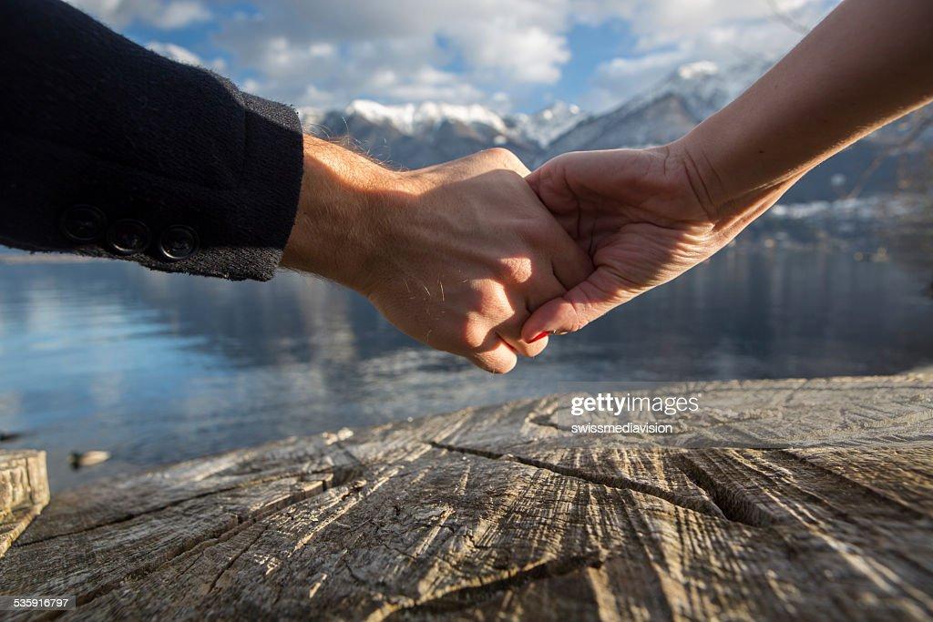 Casal de mãos dadas-natureza : Foto de stock