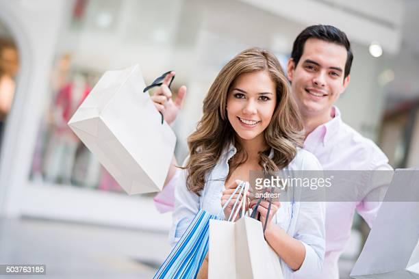 Paar holding Einkaufstaschen
