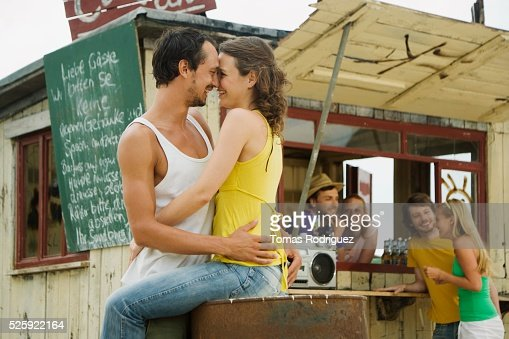 Couple Hugging at a Beach Bar : Stockfoto