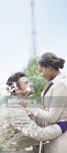 Paar umarmen vor Eiffelturm, Paris, Frankreich