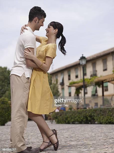 Paar Umarmen in der urban plaza