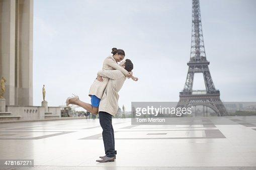 Paar Umarmen in der Nähe von Eiffelturm, Paris, Frankreich