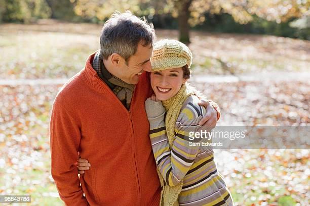 Couple embrassant à l'extérieur en automne