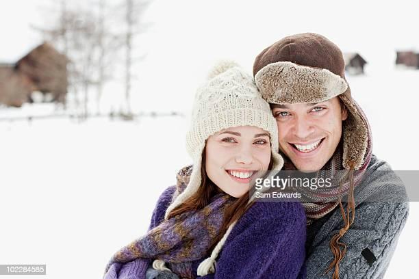 Paar umarmen im Freien im Schnee