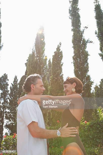 Paar umarmen im Freien