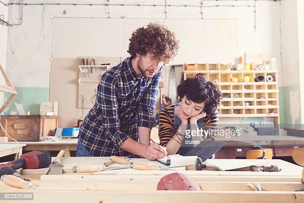Paar in einer Konstruktion workshop lernen Tischlerarbeit