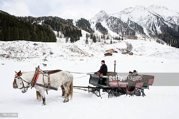Ein Paar auf einem Pferd drawn Schlitten