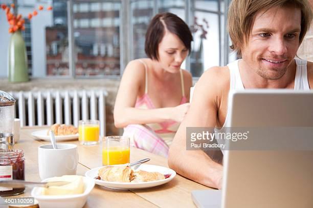 Par en la cocina con la lectura de la mujer y