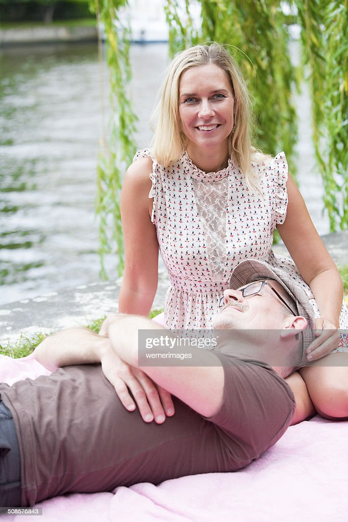 couple in a park : Stockfoto