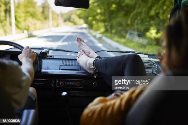 Paar in einem Lieferwagen. Wanderwege zu erkunden