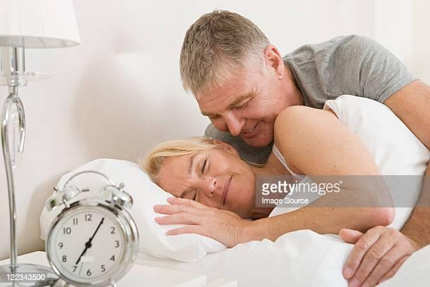 Coppia nel letto, Svegliarsi