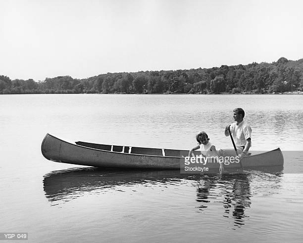 Coppia in canoa sul lago