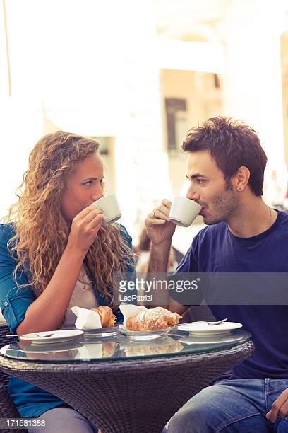 Coppia in amore avendo colazione