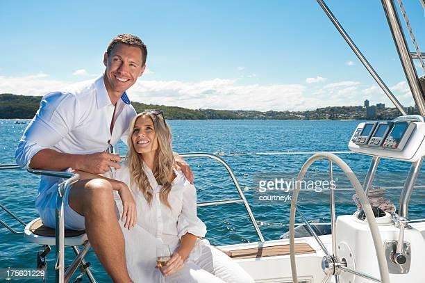 Couple dans l'amour de la voile sur un yacht