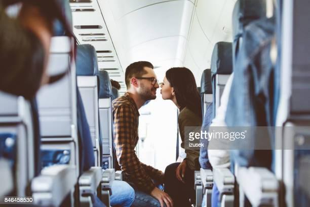 Pareja de enamorados viaja en avión
