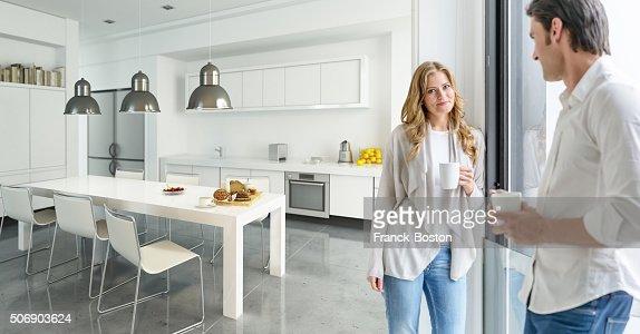 Couple dans la cuisine moderne : Photo