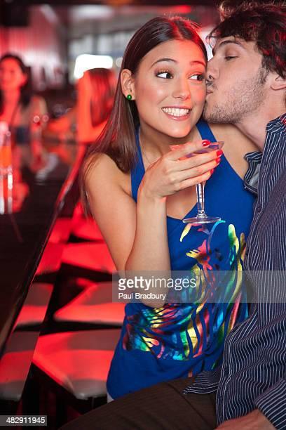Coppia in discoteca baciare e sorridente