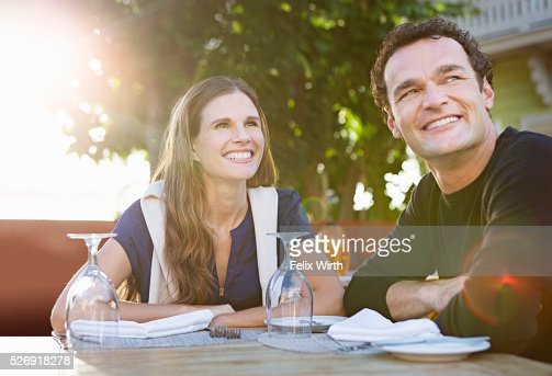 Couple in outdoor restaurant : Foto de stock
