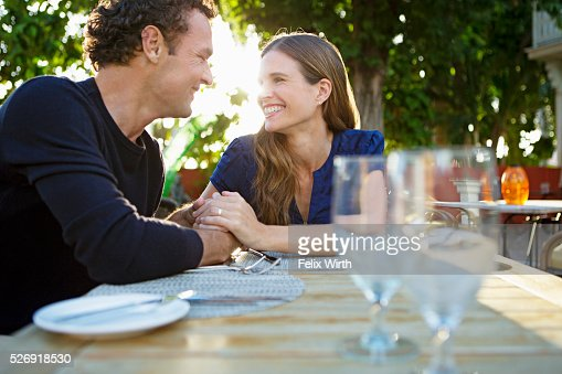 Couple in outdoor restaurant : ストックフォト