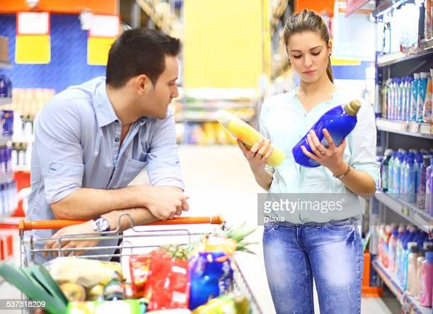 Couple dans un supermarché.