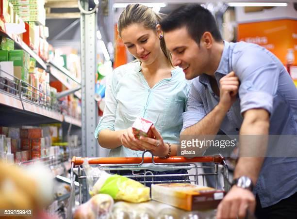 Couple au supermarché shopping ensemble.