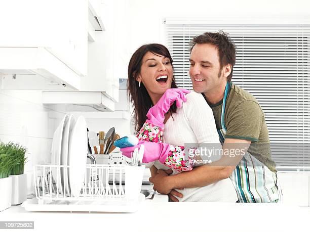 Par en la cocina, lavar los platos