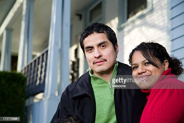 Paar vor den Toren von zu Hause